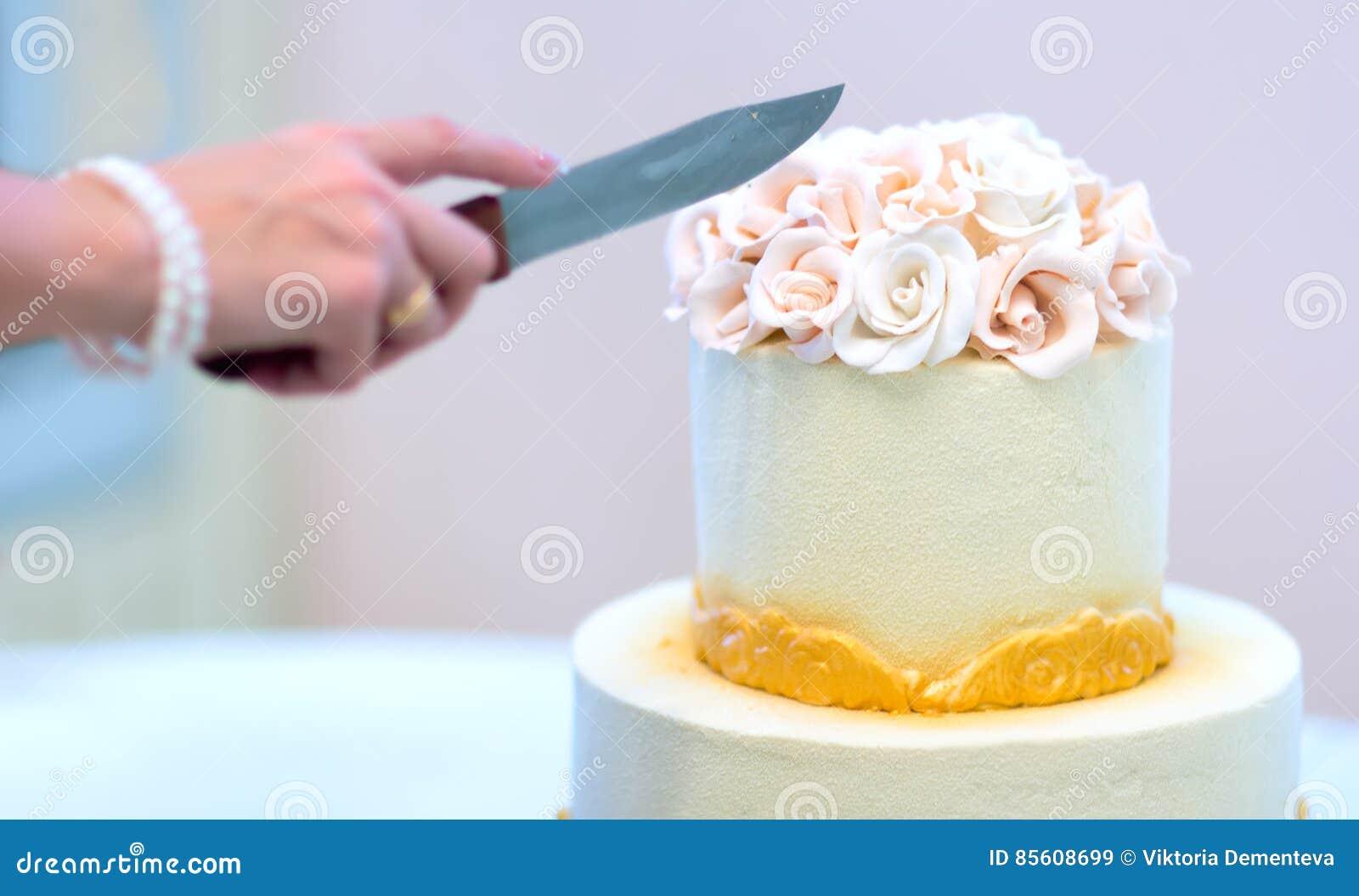 Festliche Hochzeitstorte Mit Blumen Gelb Orangee Blumen Die Koje