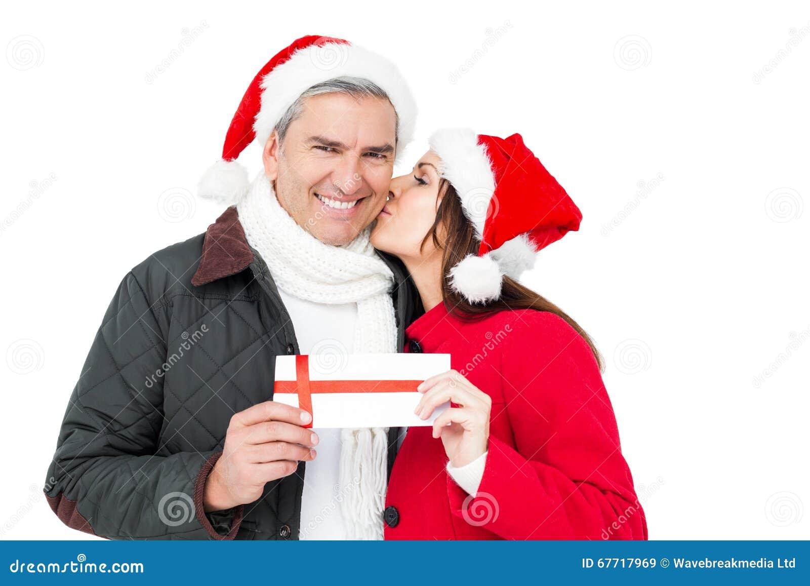 Festliche Paare, Die Das Weihnachtsgeschenk Und -c$küssen Halten ...