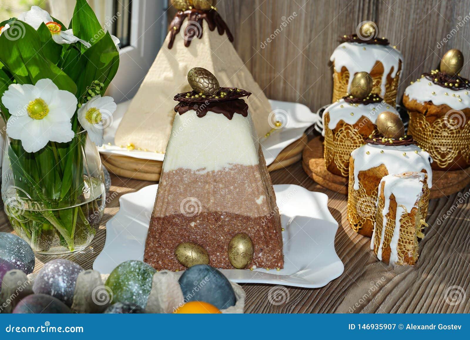 Festliche Tabelle f?r Ostern Viele Ostern-Kuchen vom Klumpenteig verziert mit Schokoladen- und Schokoladenwachteleiern,