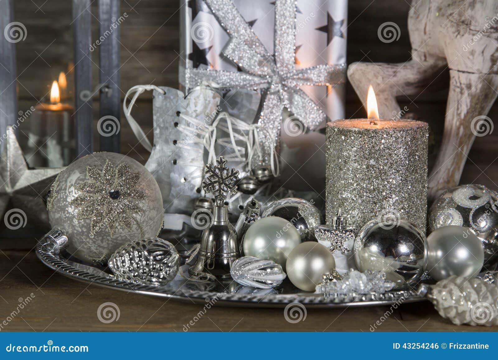 festliche weihnachtsdekoration im silber mit brennenden. Black Bedroom Furniture Sets. Home Design Ideas