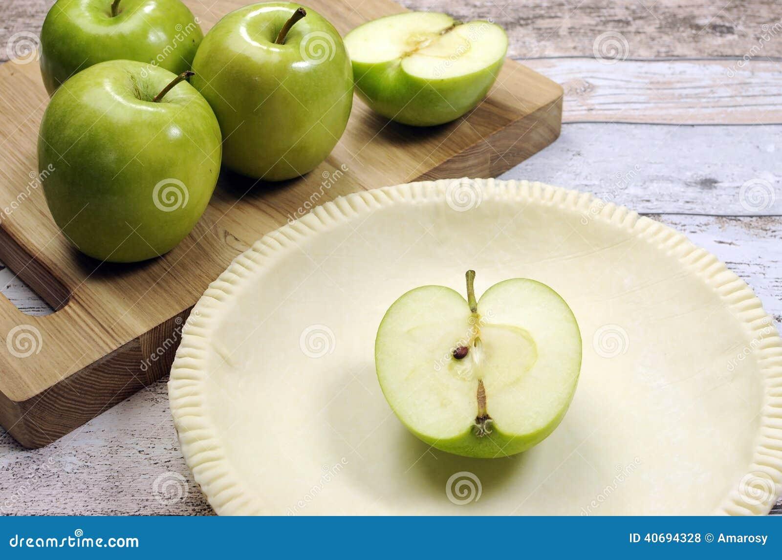 Festliches Backen des Feiertags mit einer leeren Tortenoberteil-Gebäckkruste mit rohen grünen Äpfeln