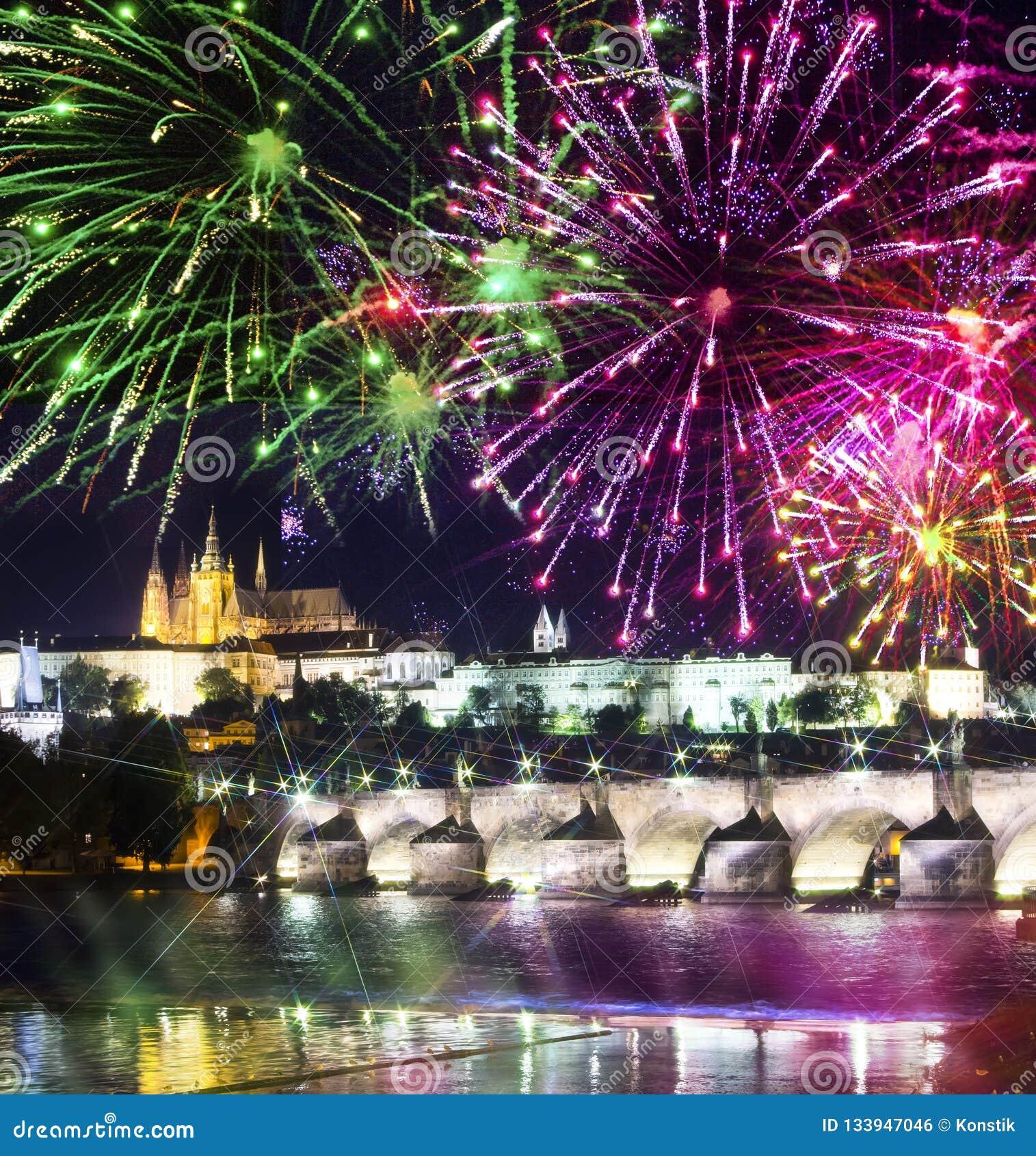Festliches Feuerwerk über Charles Bridge, Prag, Tschechische Republik