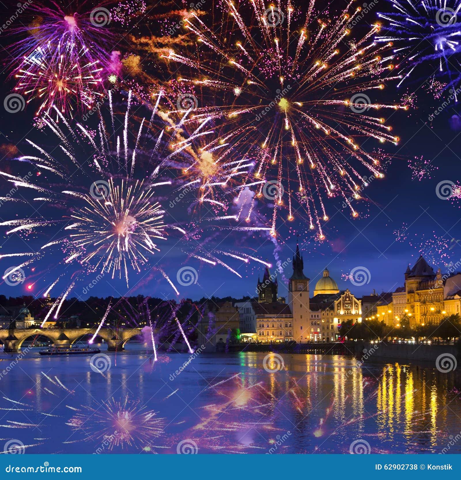 Festliches Feuerwerk über Karl Bridge, Prag, die Tschechische Republik