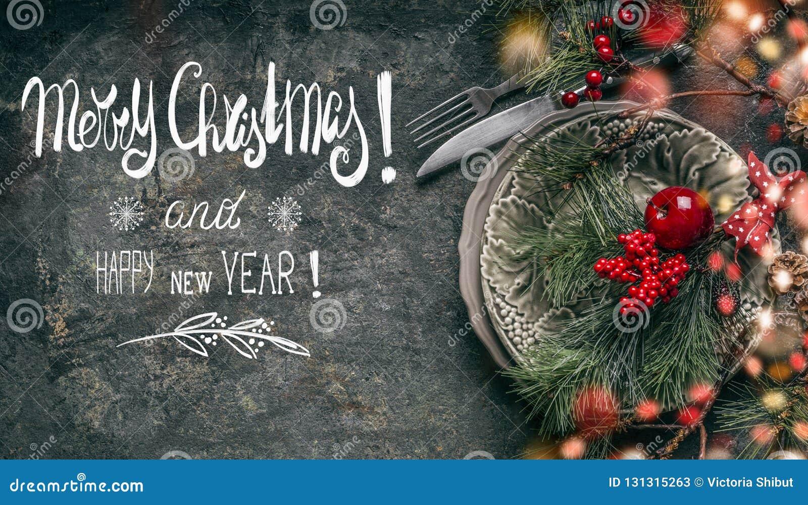 Festlig garnering för tabellställeinställning på mörk lantlig bakgrund med textbokstäver: Glad jul och lyckligt nytt år