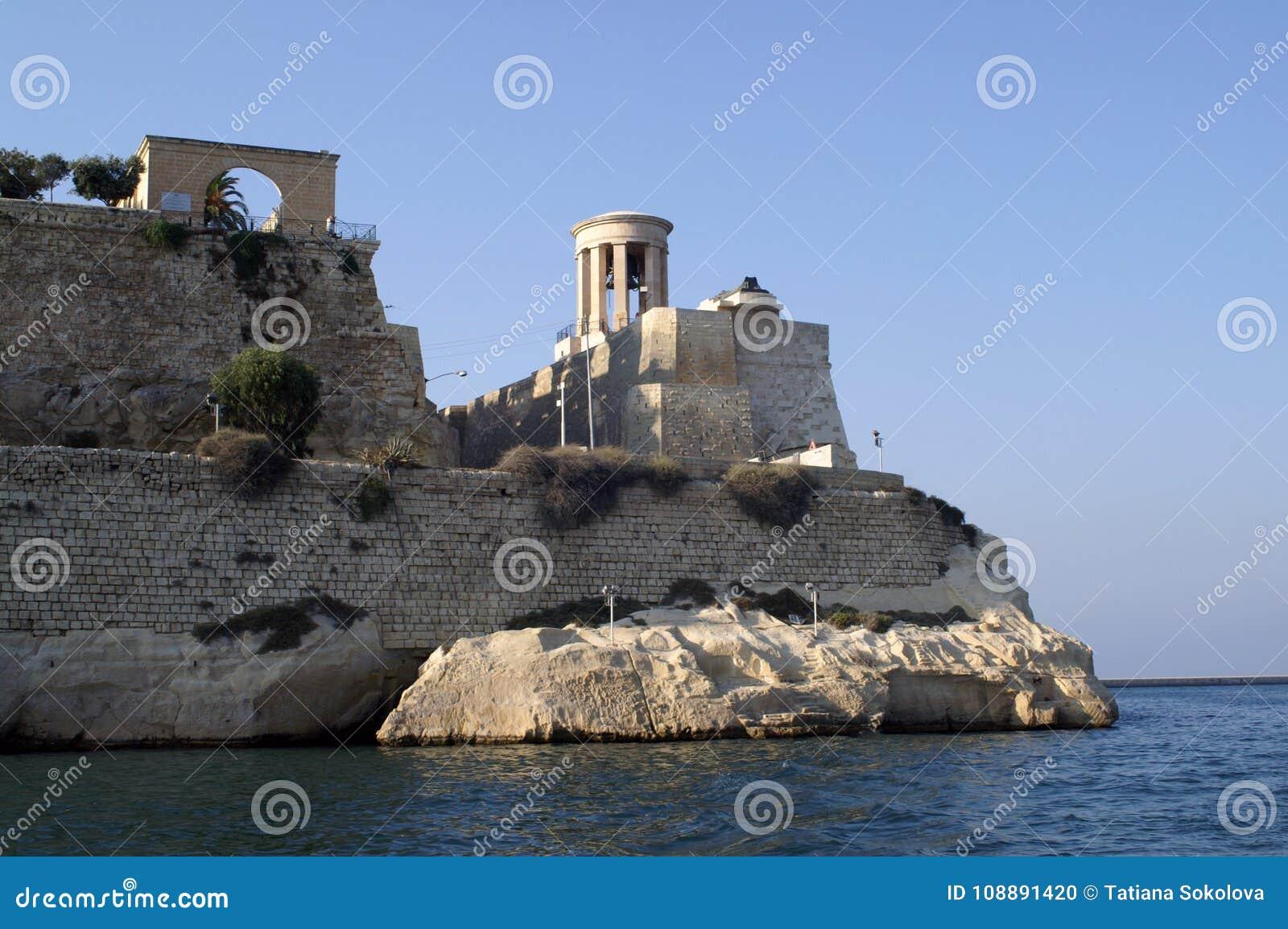 Festung mit einem Turm auf dem Strand