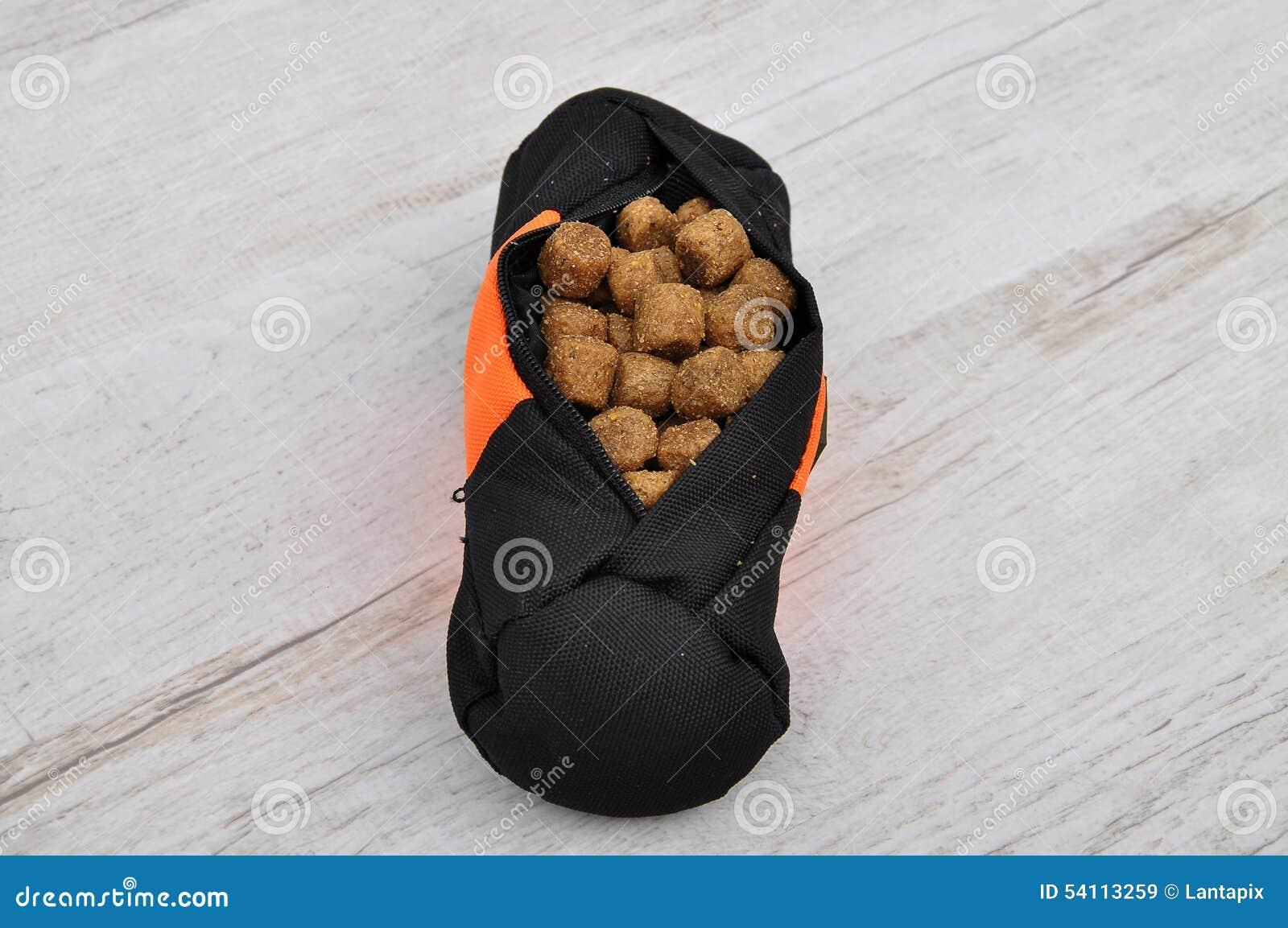 Fetch lined bag with dog feeding