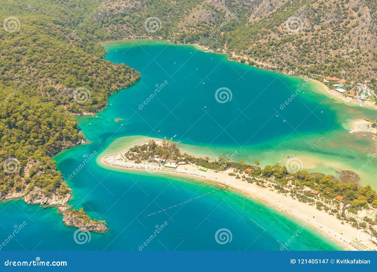 Fethiye, Турция - пляж Belcekiz панорамного взгляда Oludeniz, голубая лагуна Fethiye от воздуха или трутня viareggio свободного п