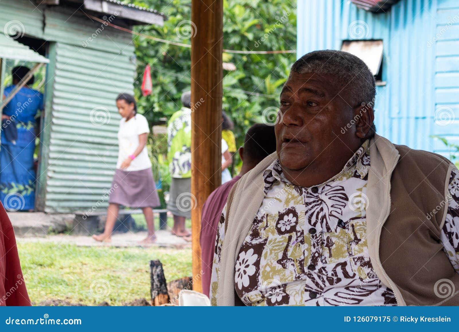 Fett Fijianmansammanträde på jordningen i Fiji