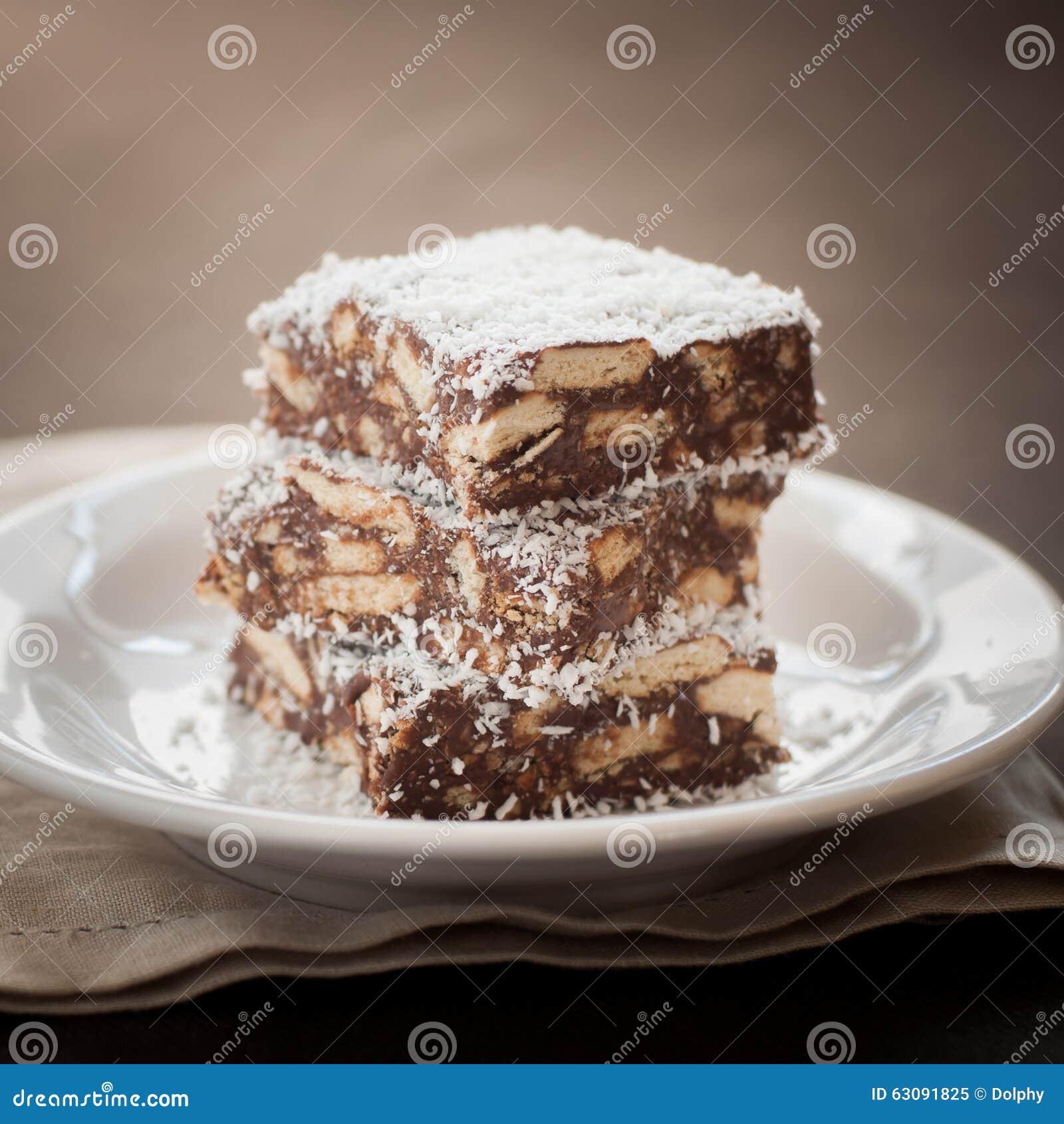 Fetta della noce di cocco del cioccolato con i biscotti