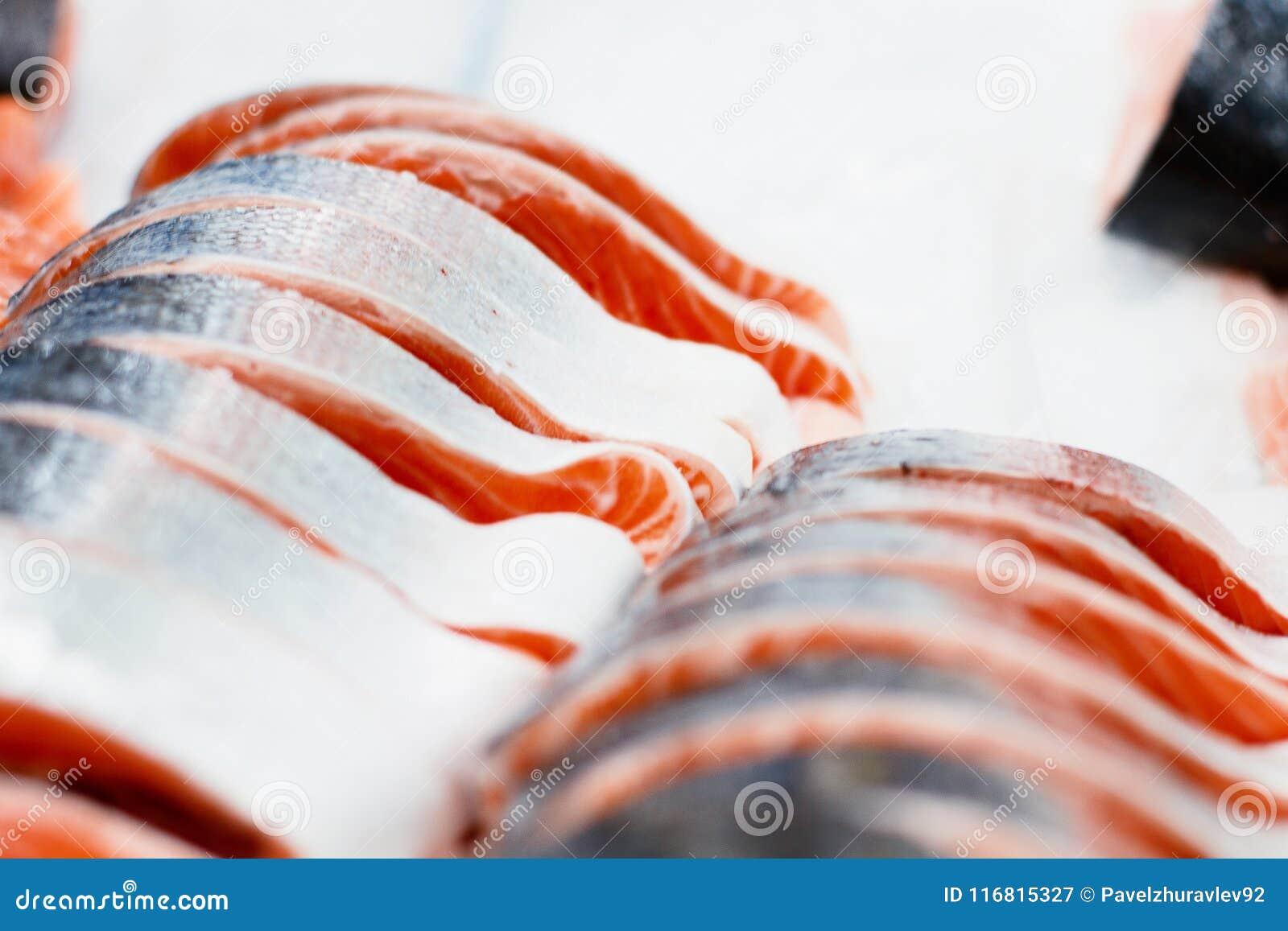 Fetta di color salmone in supermercato pezzo di pesce in ghiaccio alla cucina del ristorante Alimento sano per i sushi Fuoco sele