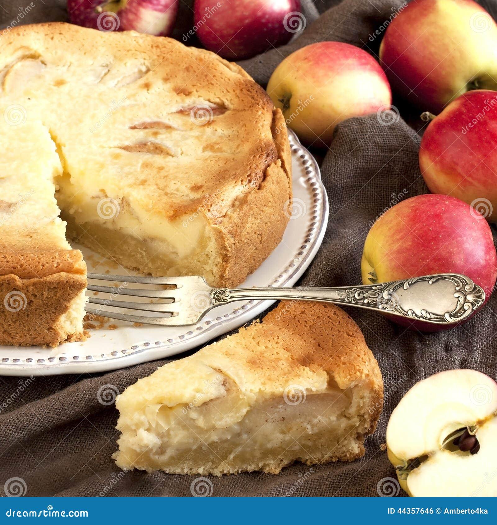 Fetta fresca di torta di mele con l intera torta nel fondo