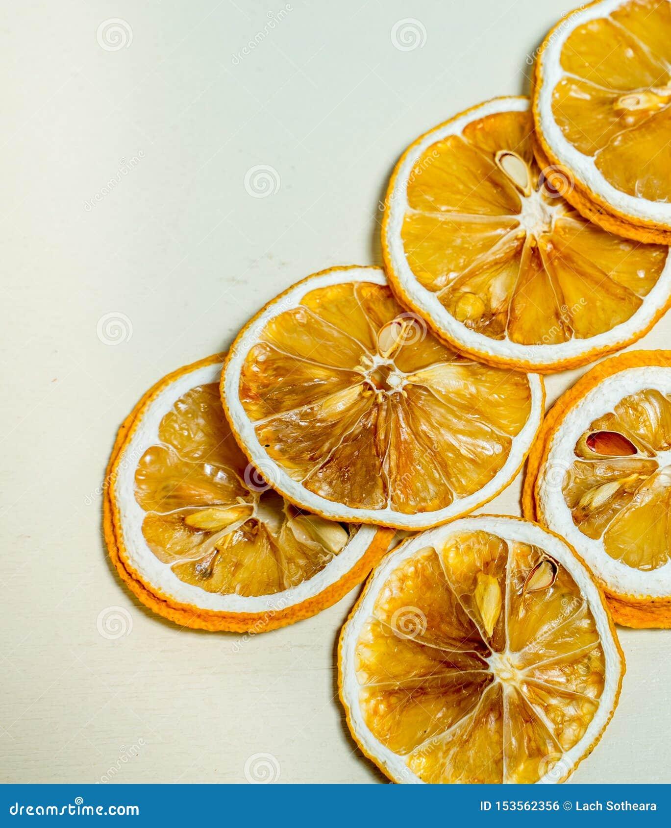 Fetta secca del lemnon impilata insieme a fondo bianco Fetta secca del limone con i semi secchi dentro impilato