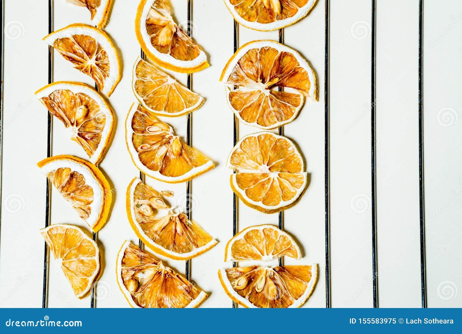 Fetta secca del limone isolata sulla tavola bianca impilata insieme