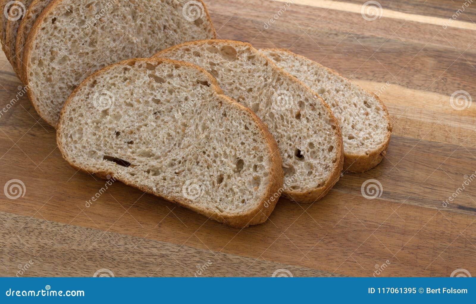 Fette davanti ad una piccola pagnotta del pane