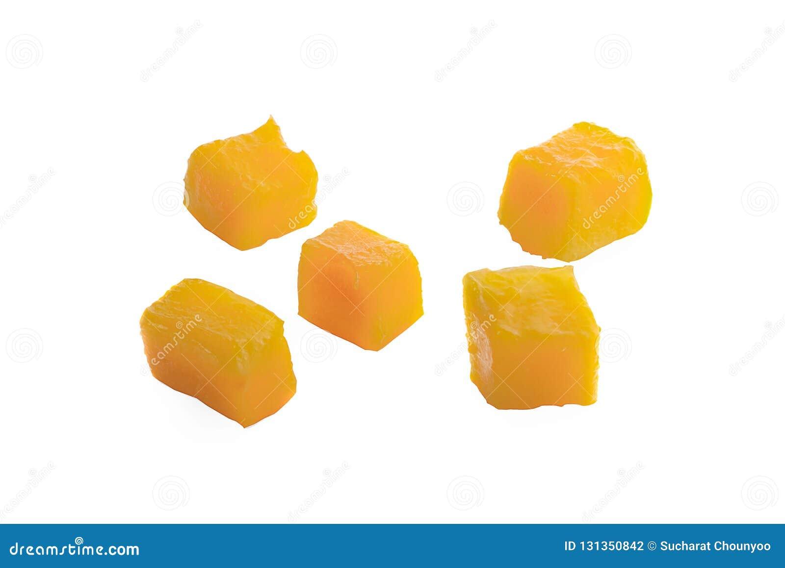 Fette del cubo del mango isolate sui precedenti bianchi