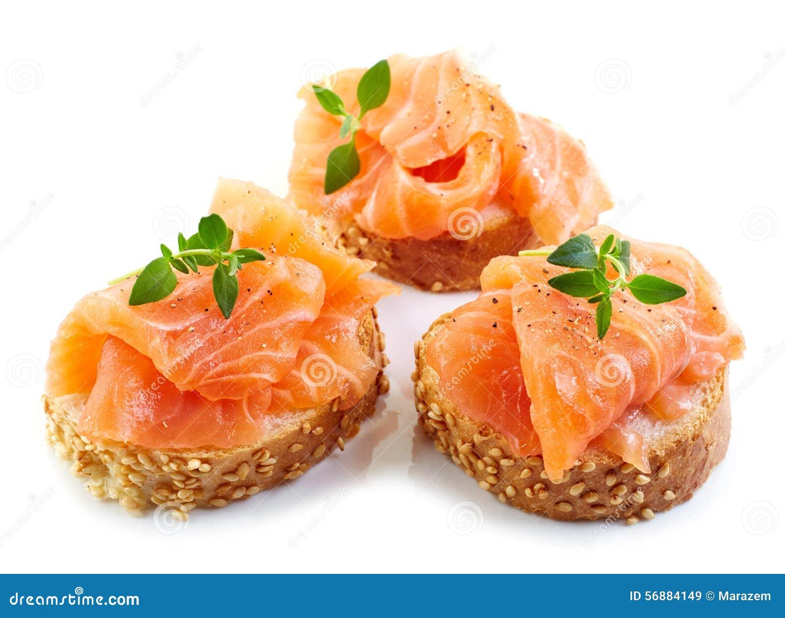 Fette delle baguette con il salmone fresco