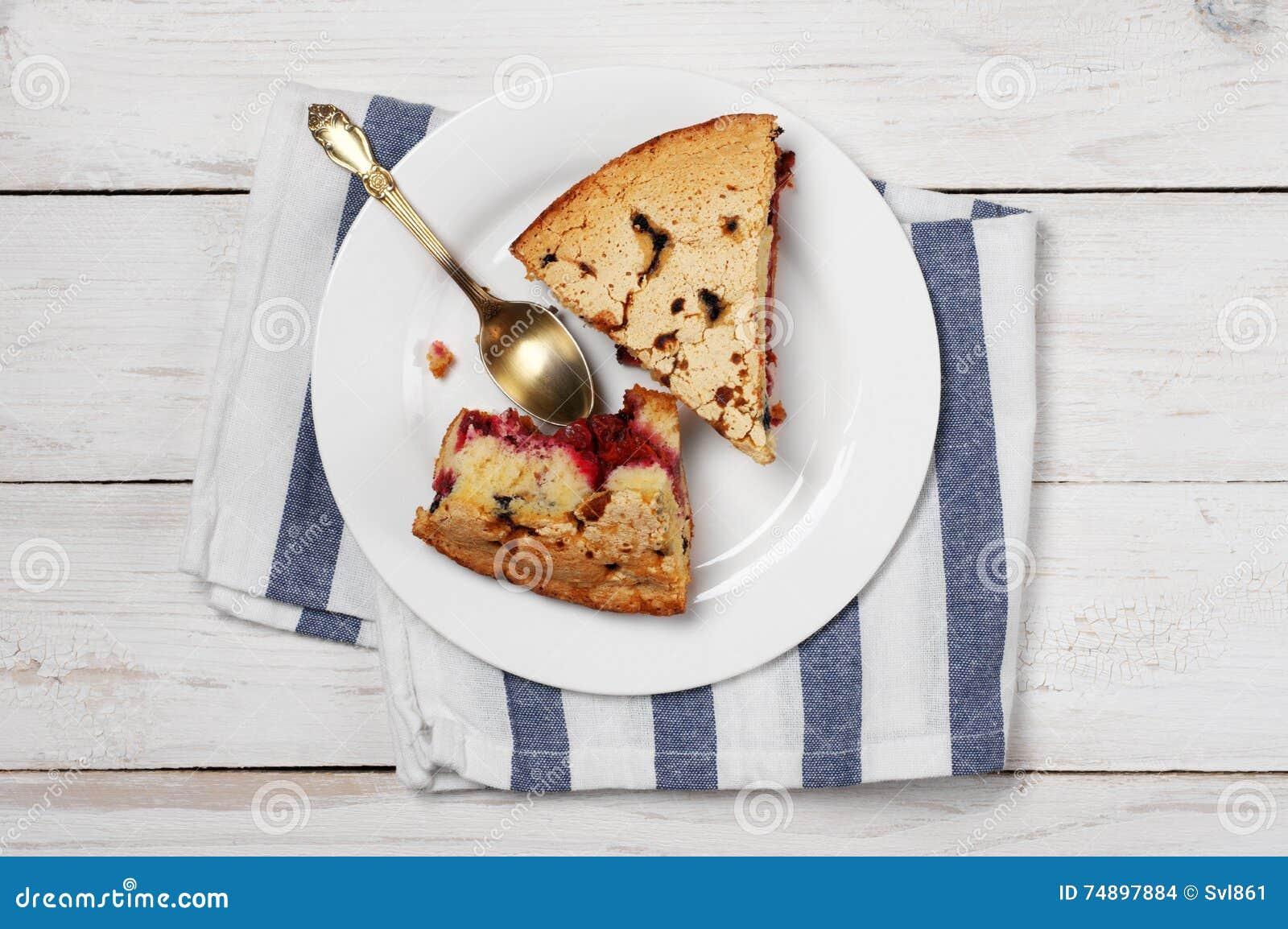 Fette di torta della frutta sul piatto