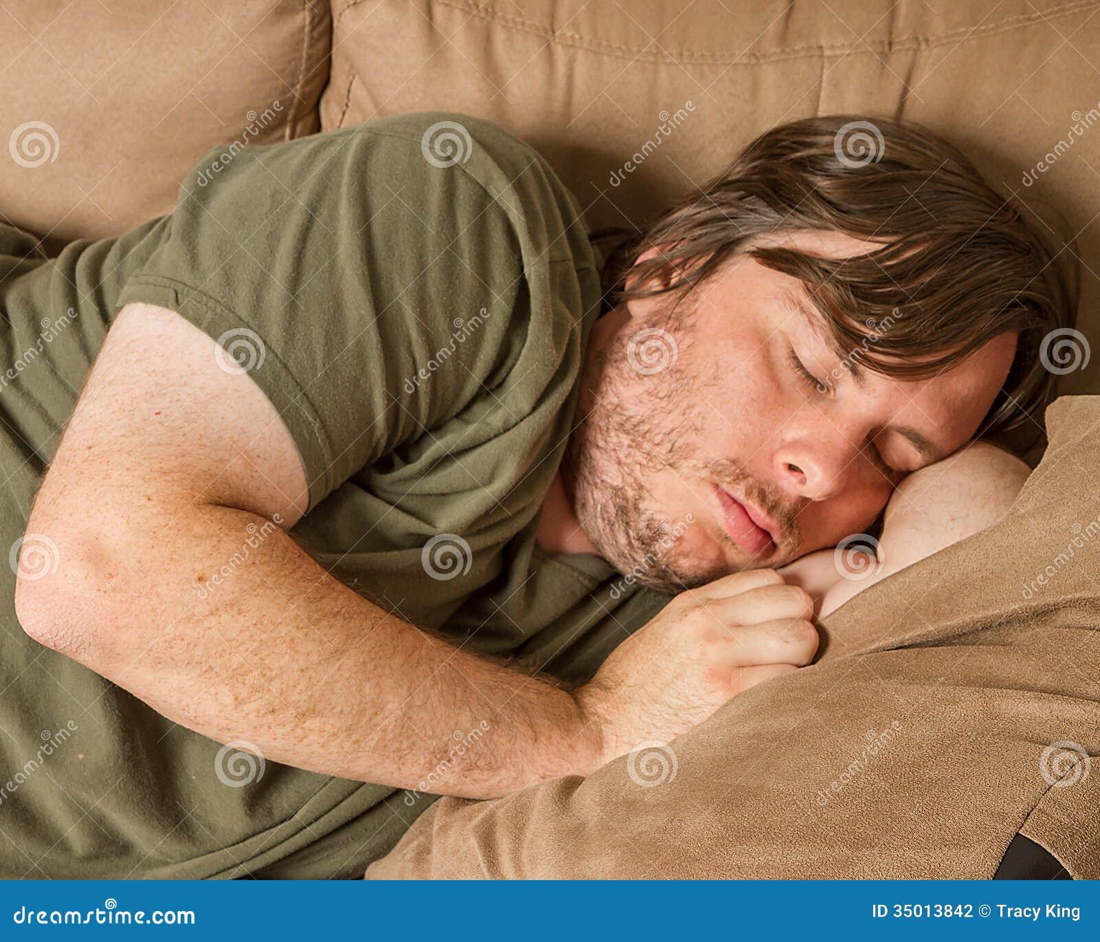 Fetter Kerl schlafend auf der Couch