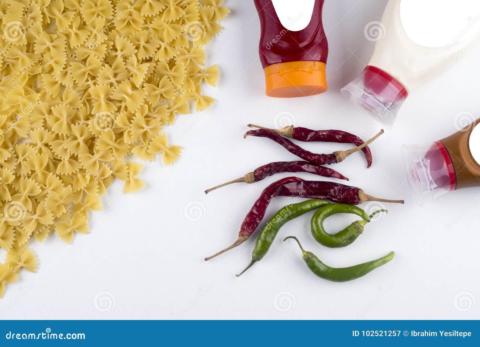 Fettuccine boloñés de las pastas con la salsa de tomate en el cuenco blanco Visión superior