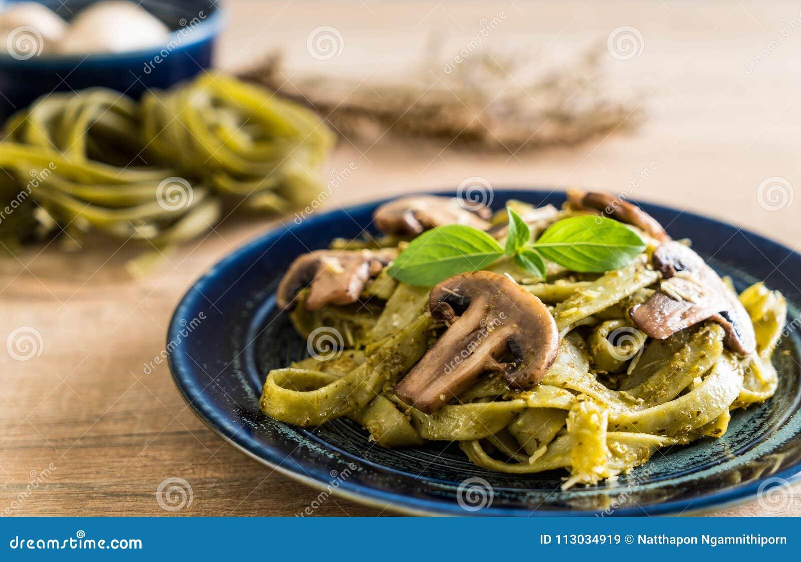 Fettuccine de la espinaca con la seta