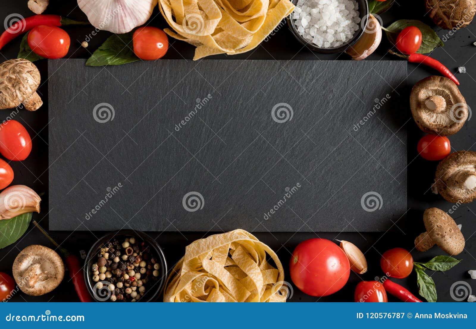 Fettuccinetagliatelledeg med örter och kryddor med kritiserar bo