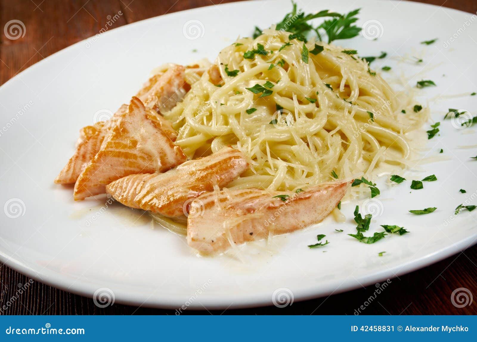 Fettuccini-Teigwaren mit Lachsen