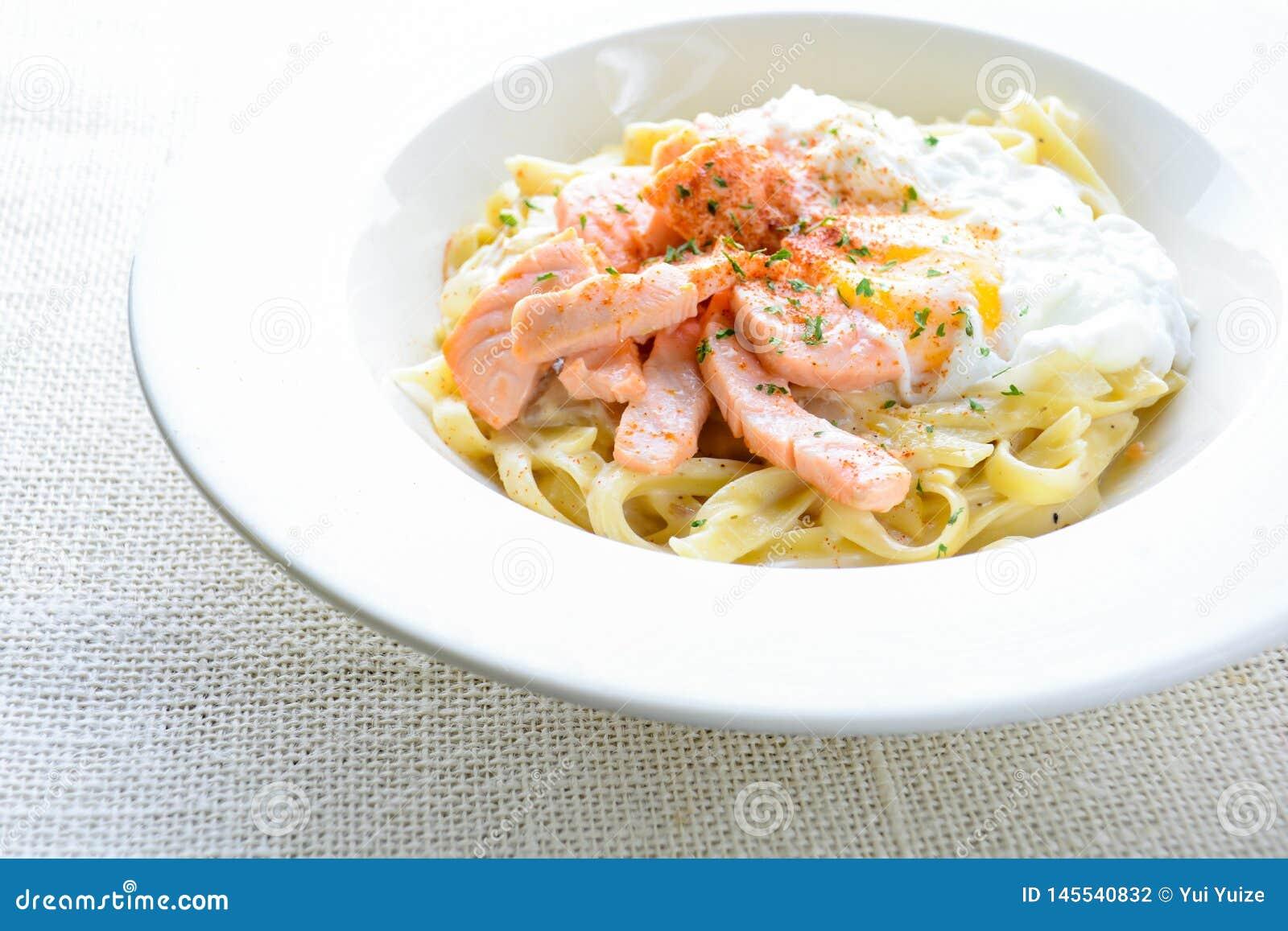 Fettucine με το σολομό