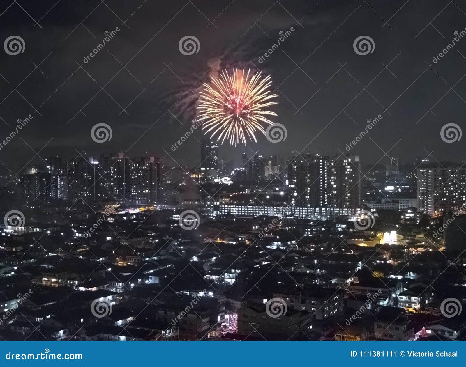 Feu d artifice de scintillement éclatant au-dessus de Kuala Lumpur et de Petaling Jaya