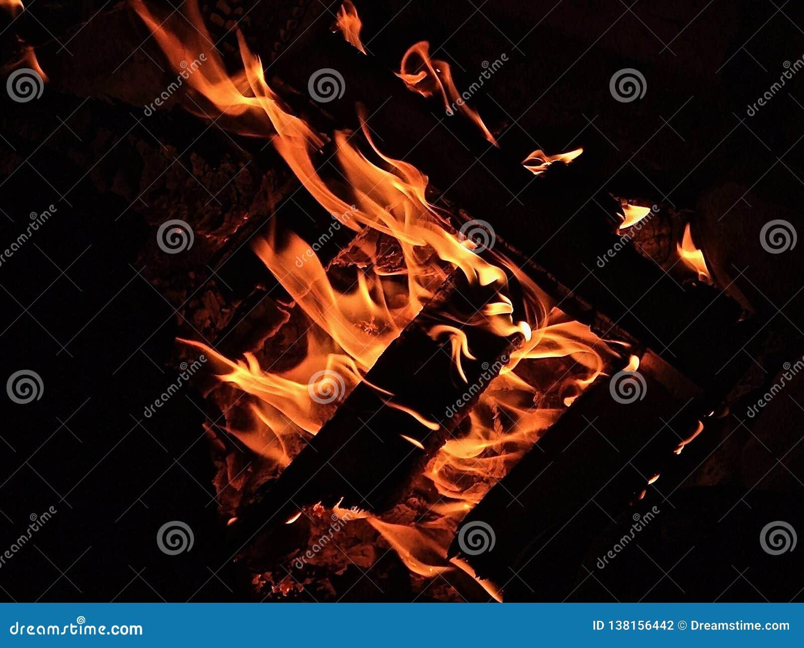 Feu de camp en bois brûlant dans l obscurité