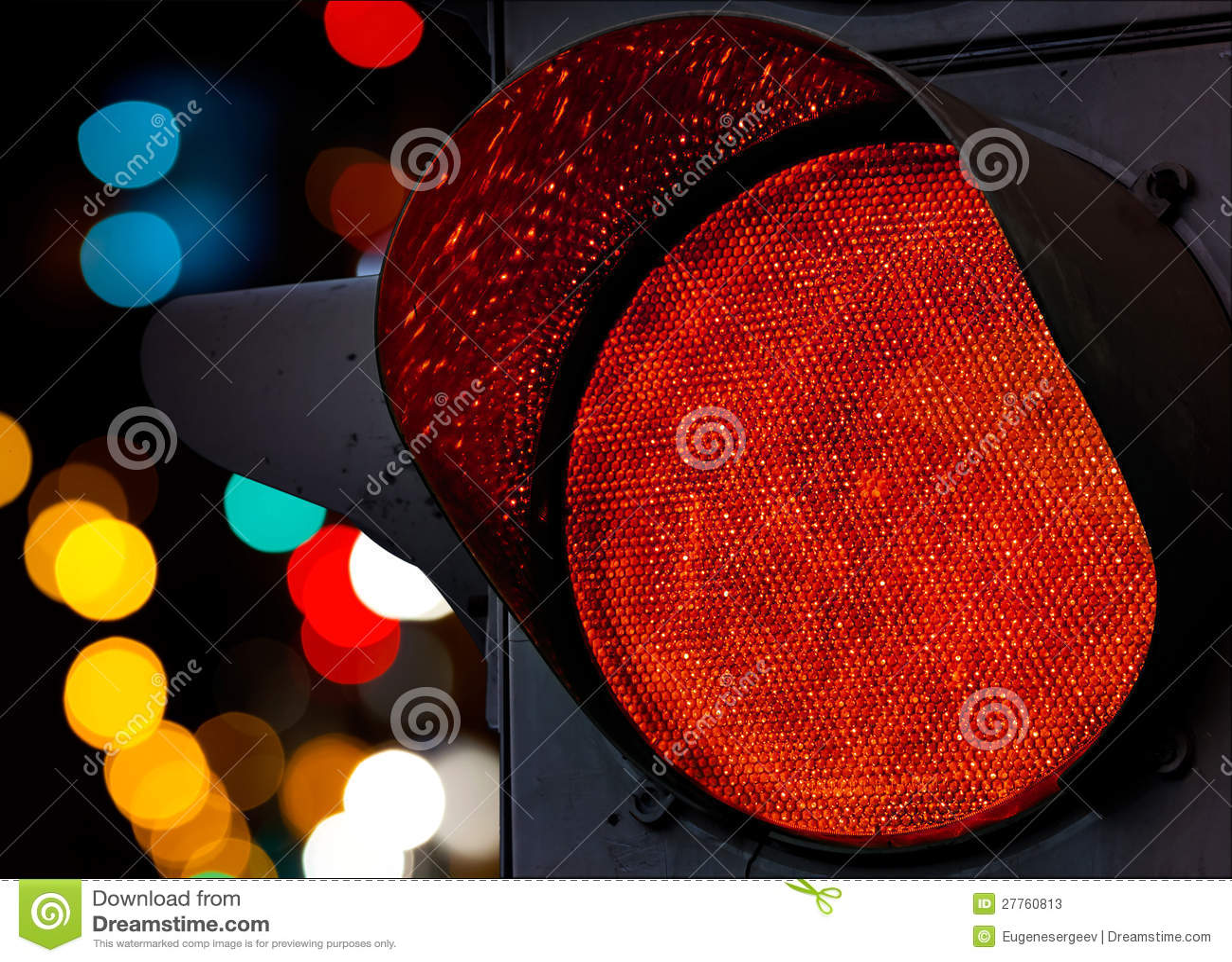 Feu de signalisation rouge avec les lumières unfocused colorées