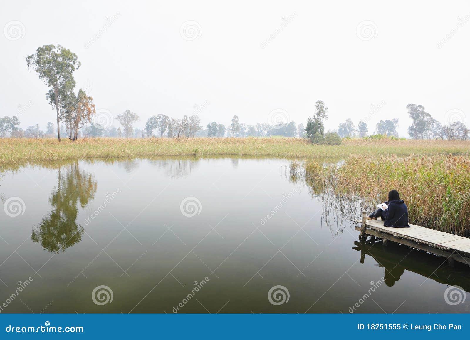 Feuchtgebiet mit einsamem Mädchen