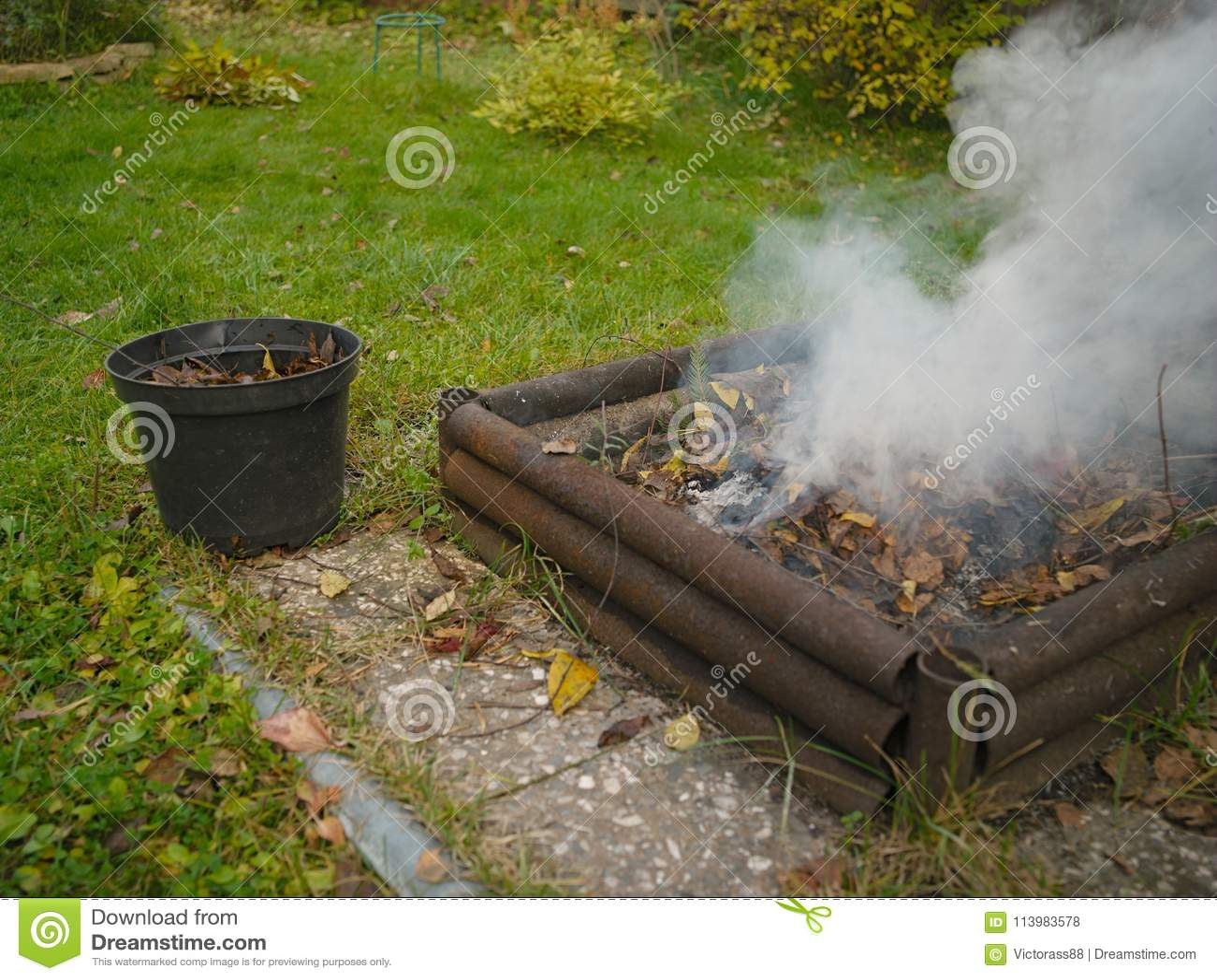 feuer im garten stockfoto. bild von gardening, bäume - 113983578