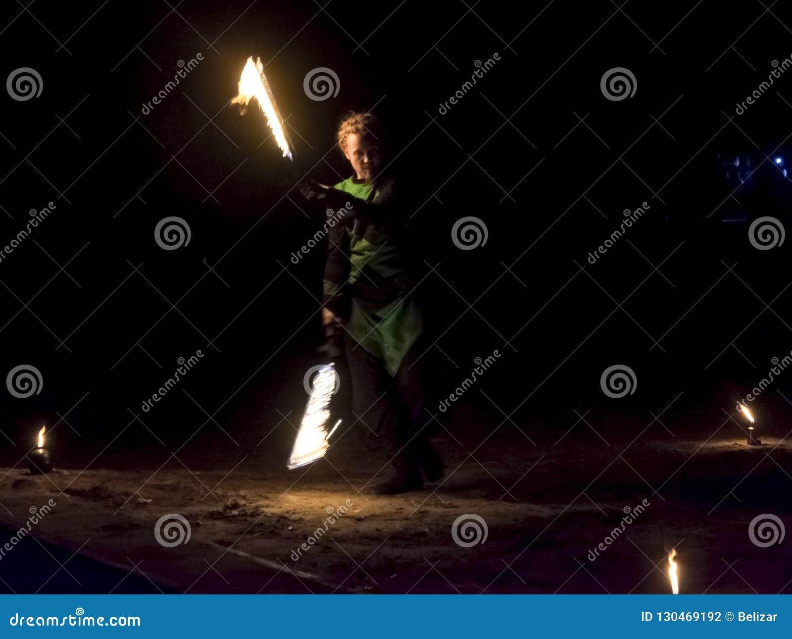 Feuer juggers in der Dunkelheit