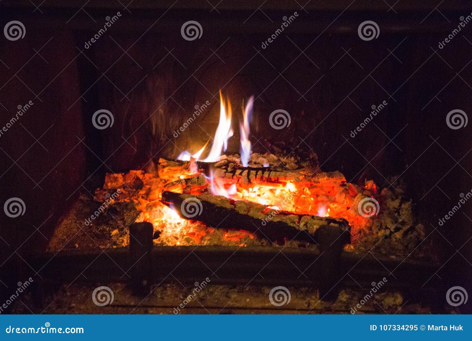 Feuerflammen mit Asche im Kamin