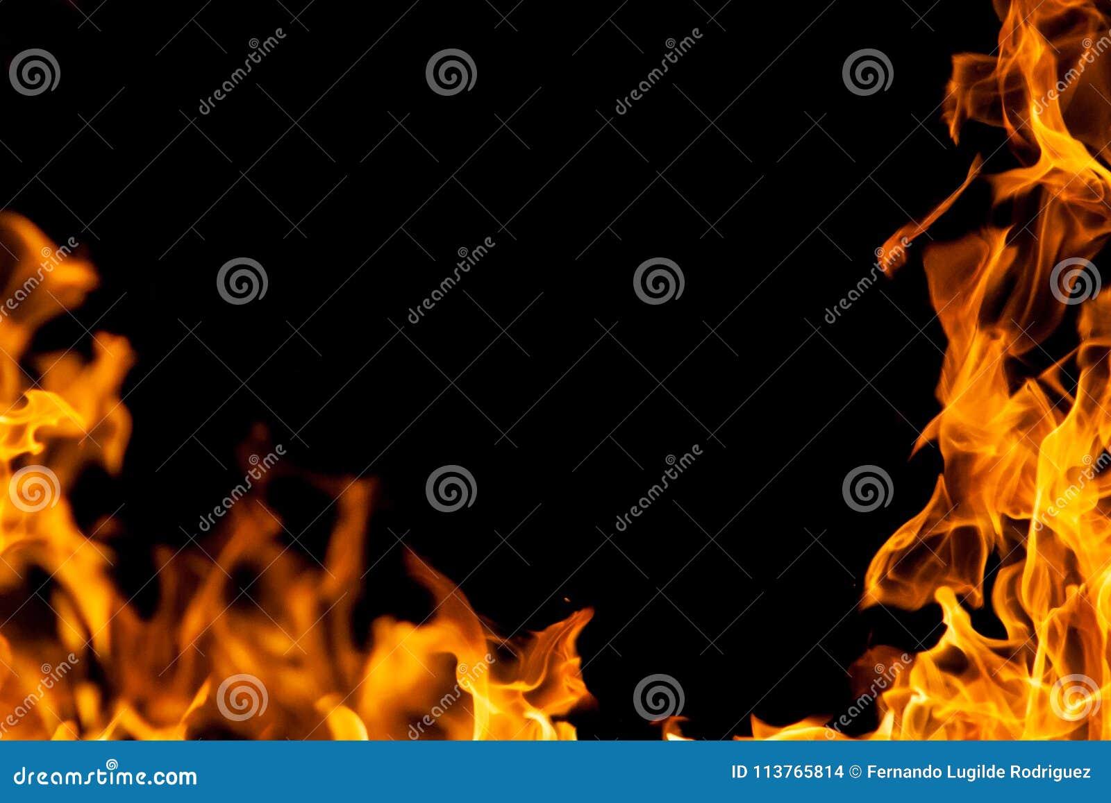 Feuerrahmen in der Dunkelheit