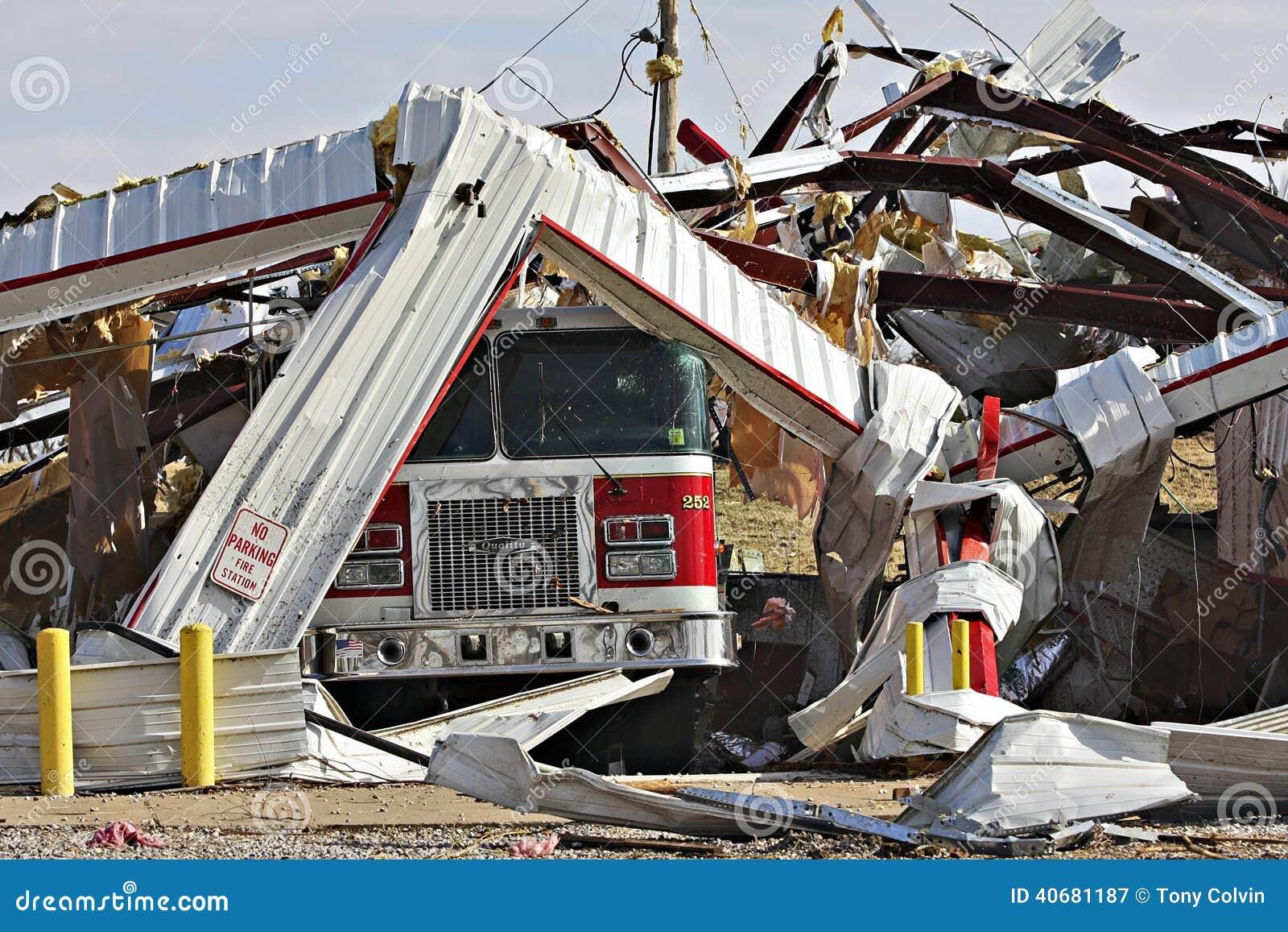 Feuerwache, LKW zerstört durch Tornado