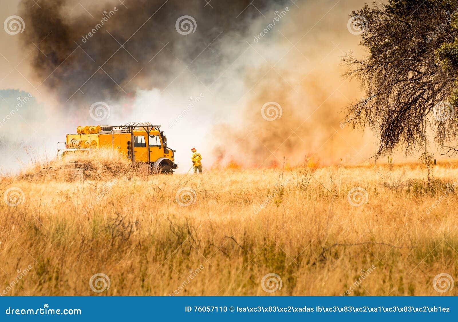 Feuerwehrmänner, die Feuer kämpfen