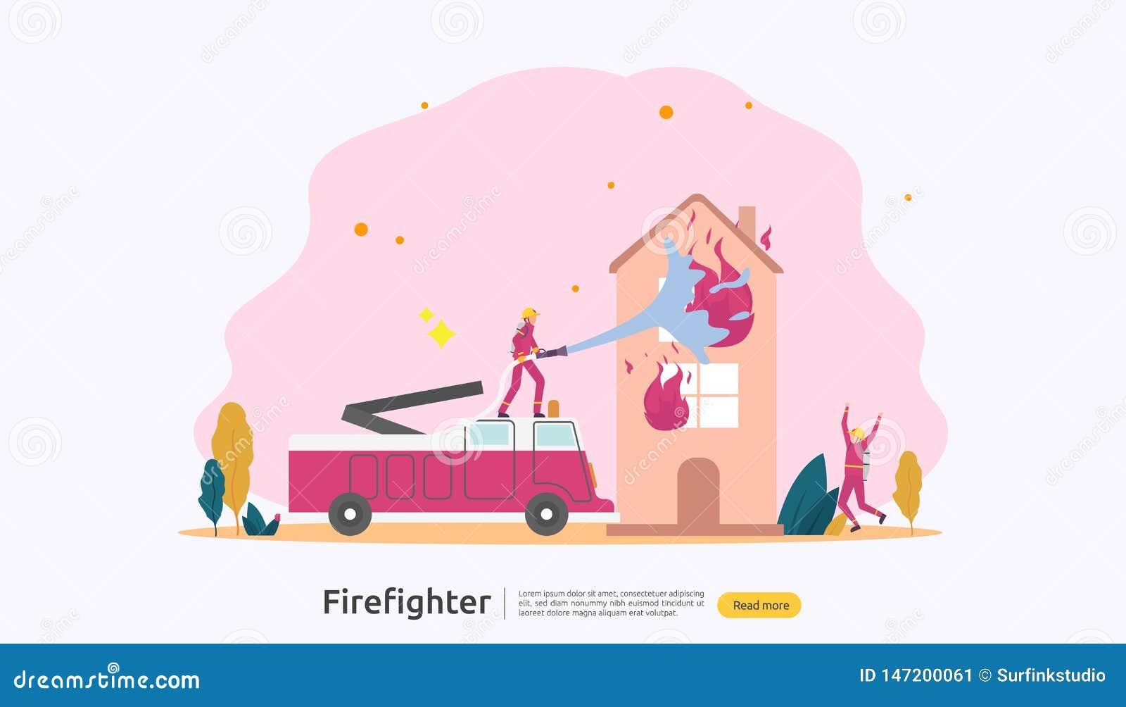 Feuerwehrmann, der Wasserspray vom Schlauch f?r brennendes Haus der Feuerbek?mpfung verwendet Feuerwehrmann in der Uniform, Feuer