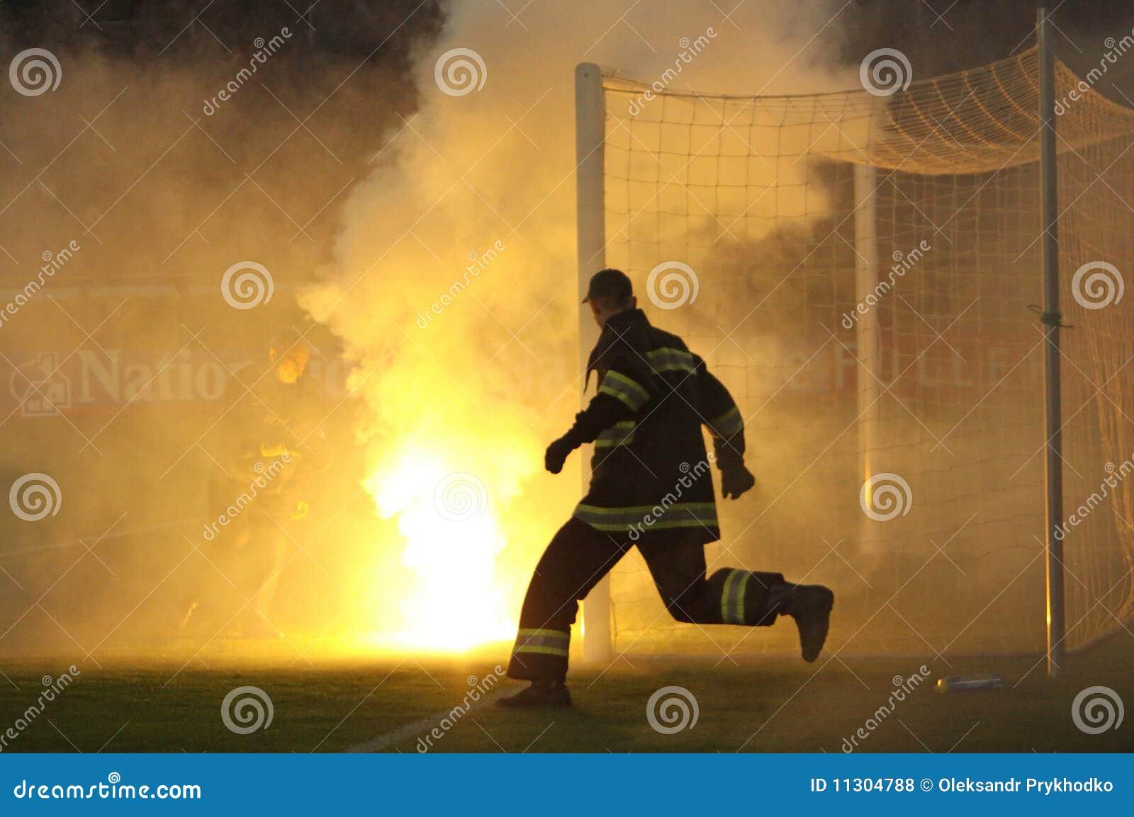 Feuerwehrmannlack-läufer unter Gespüren