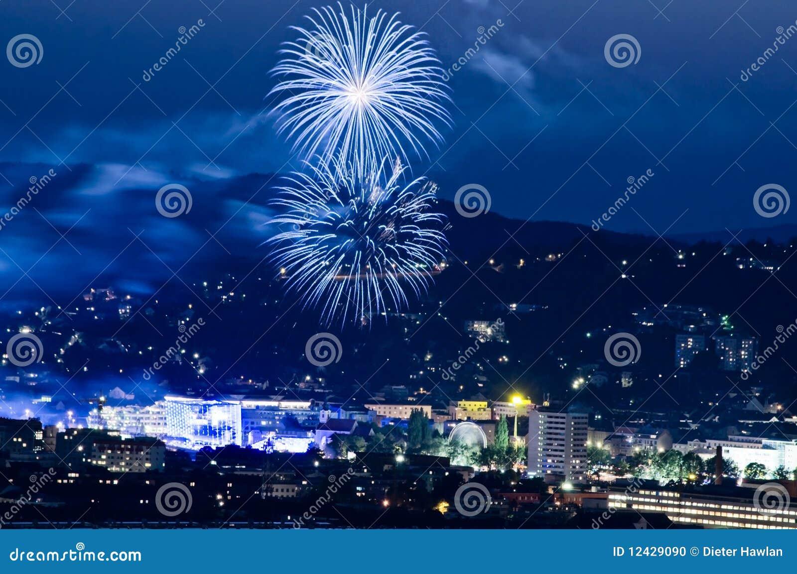 Feuerwerk in der blauen Stunde