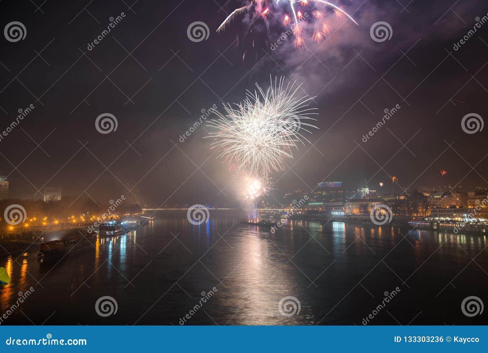 Feuerwerke über dem Fluss in der Stadt