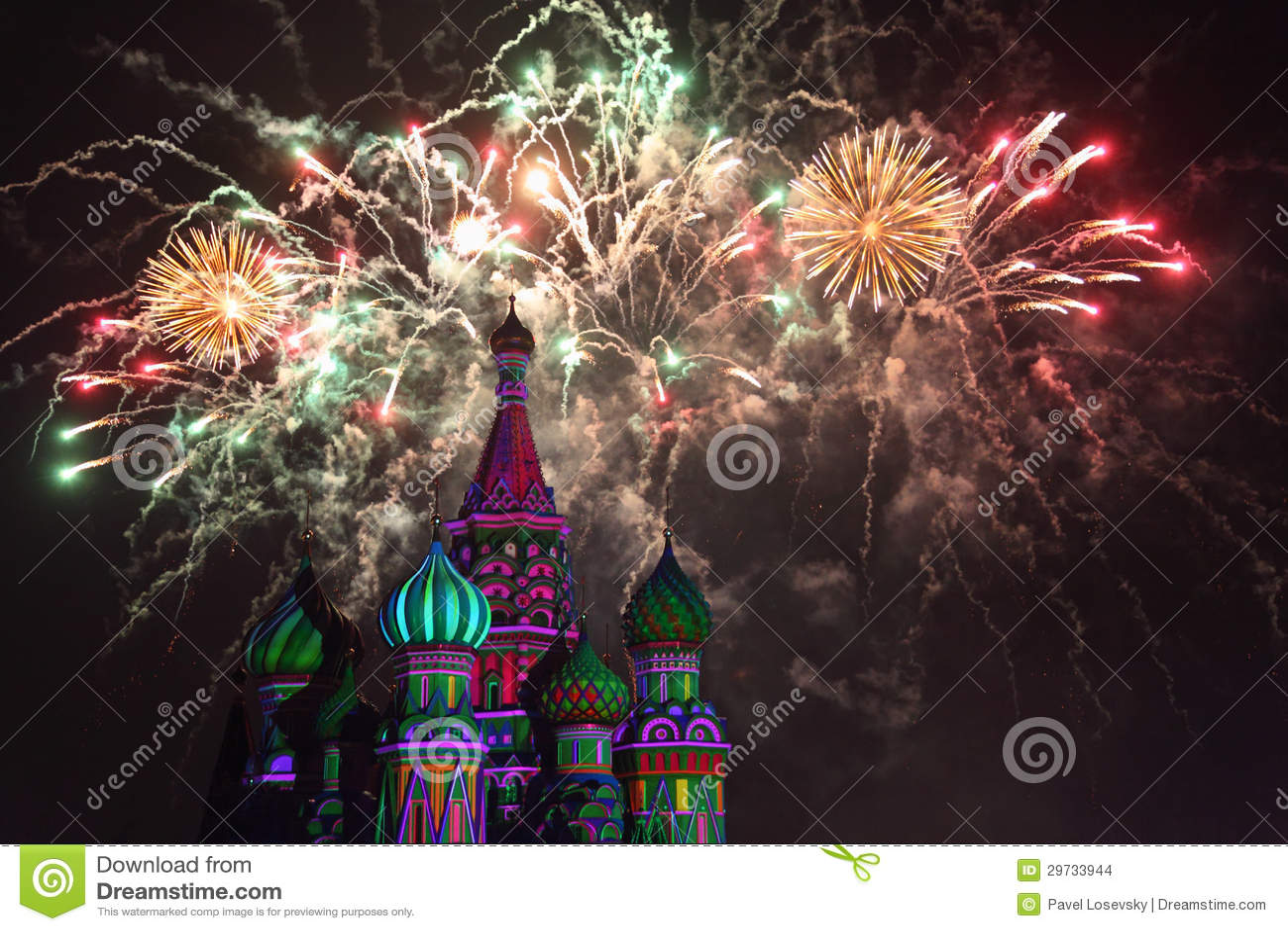 Feuerwerke explodieren über St.-Basilikum-Kathedrale