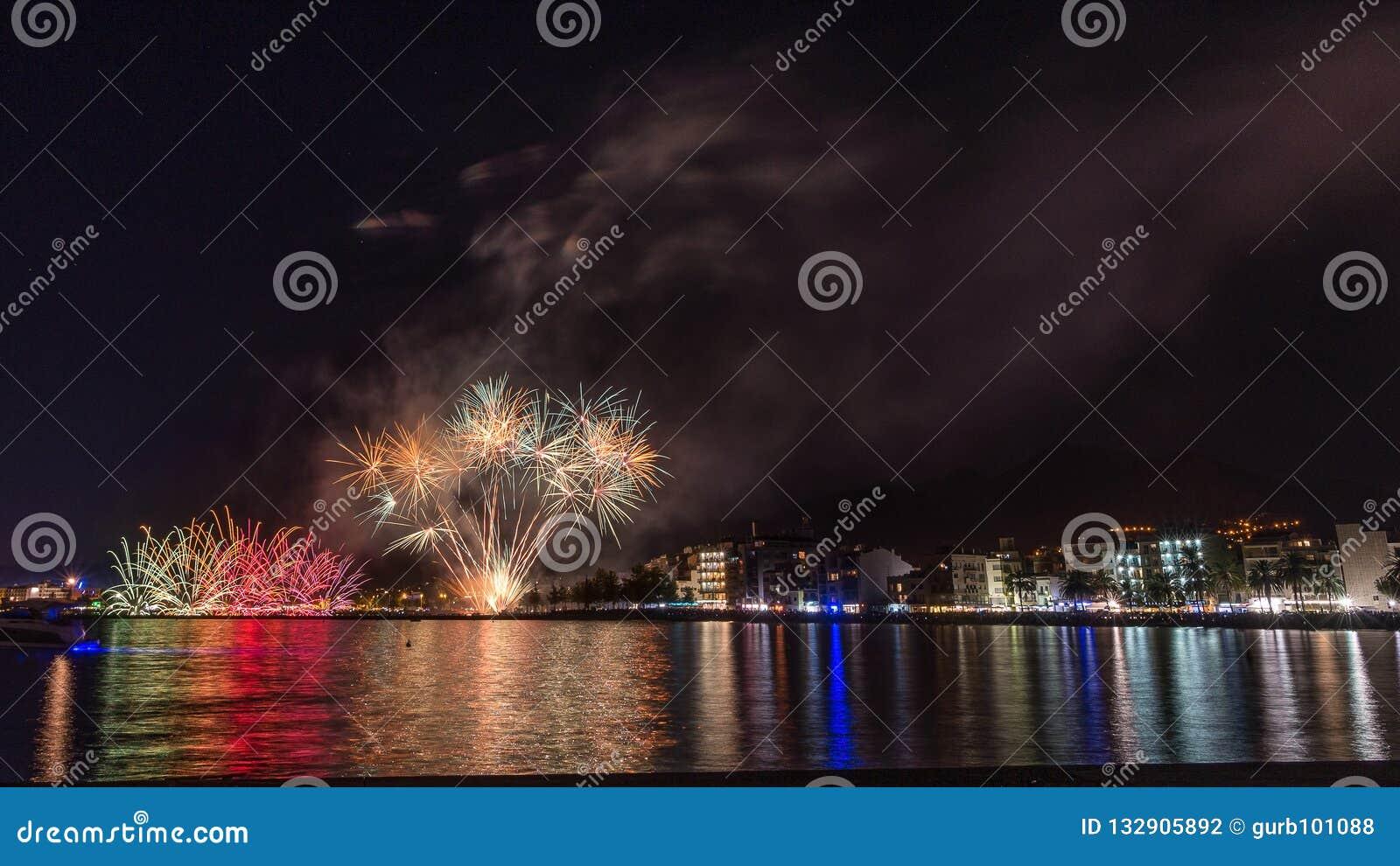 Feuerwerke, Feuerschloss in der Küste, Reflexion auf dem Meer nachts in den Rosen, Katalonien, Spanien