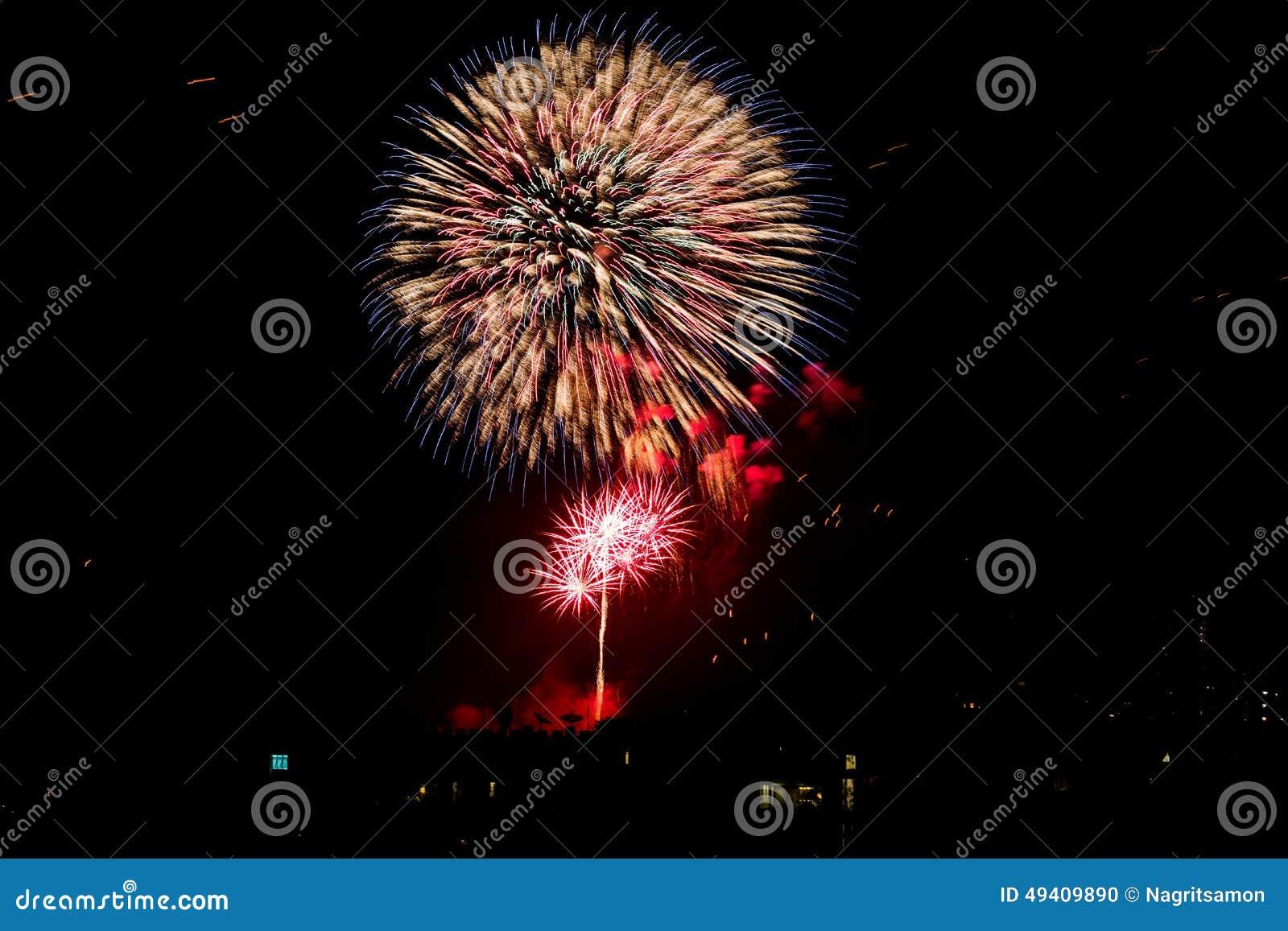 Download Feuerwerke Leuchten Dem Himmel Stockfoto - Bild von farbe, celebrate: 49409890