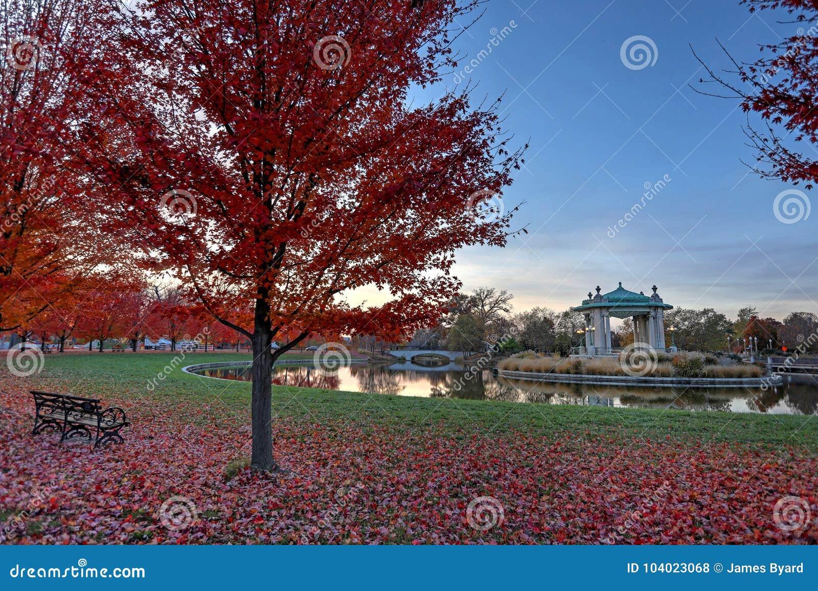 Feuillage d automne autour du kiosque à musique de Forest Park à St Louis, Missouri