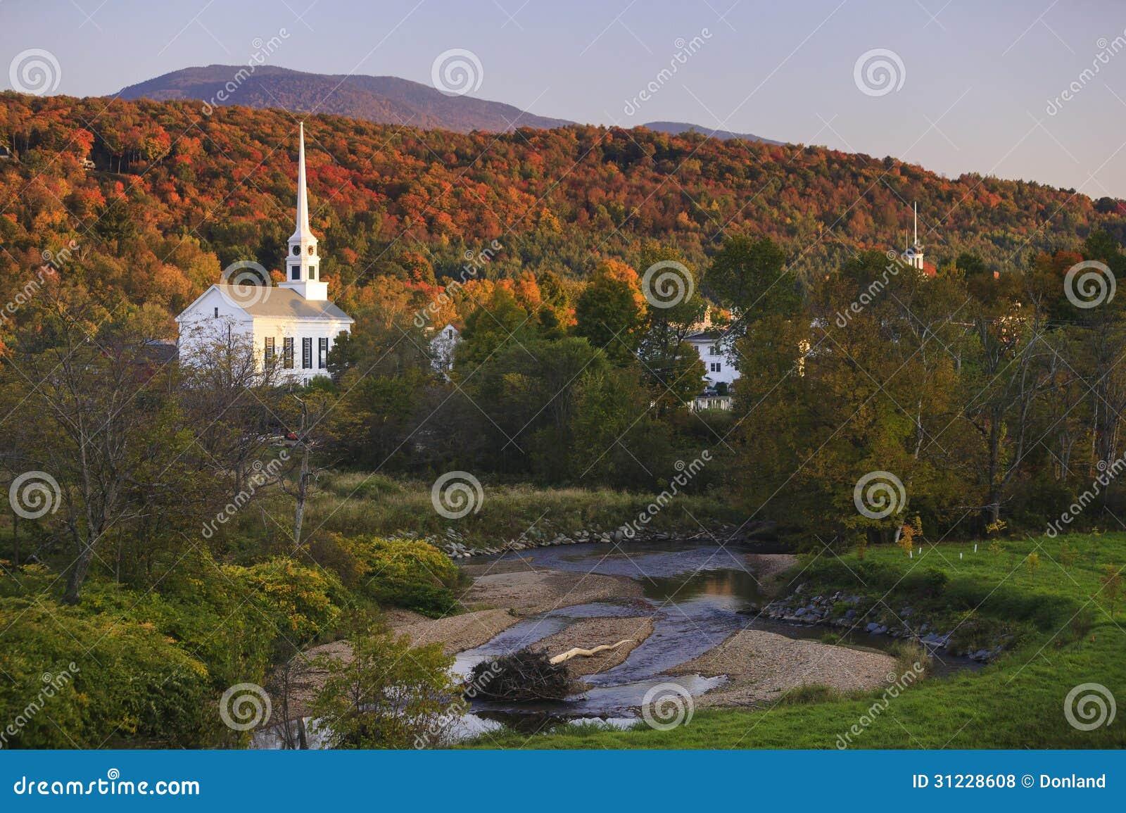 Feuillage d automne derrière une église rurale du Vermont