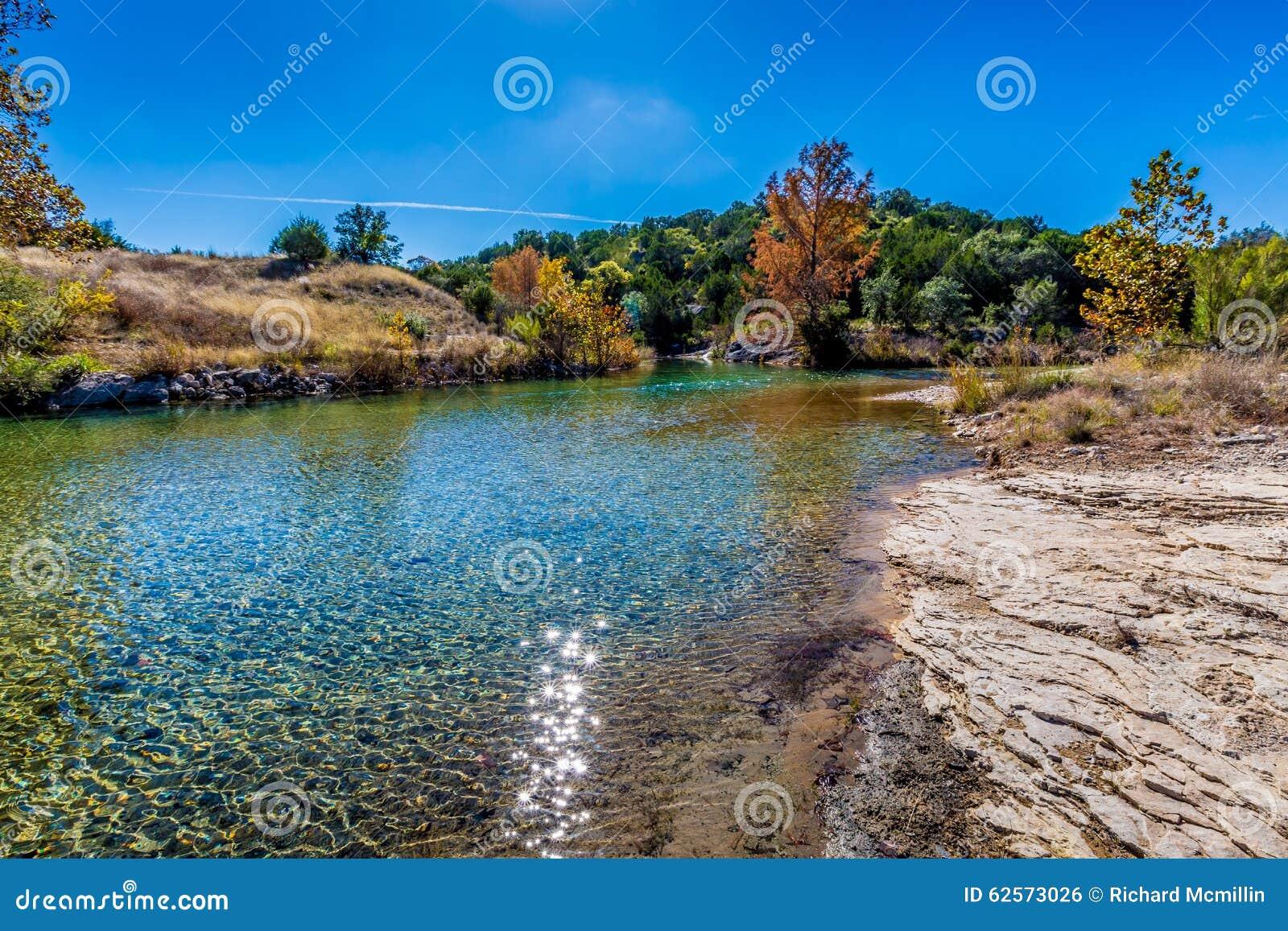 Feuillage d automne sur Crystal Clear Creek dans le pays de colline de TX