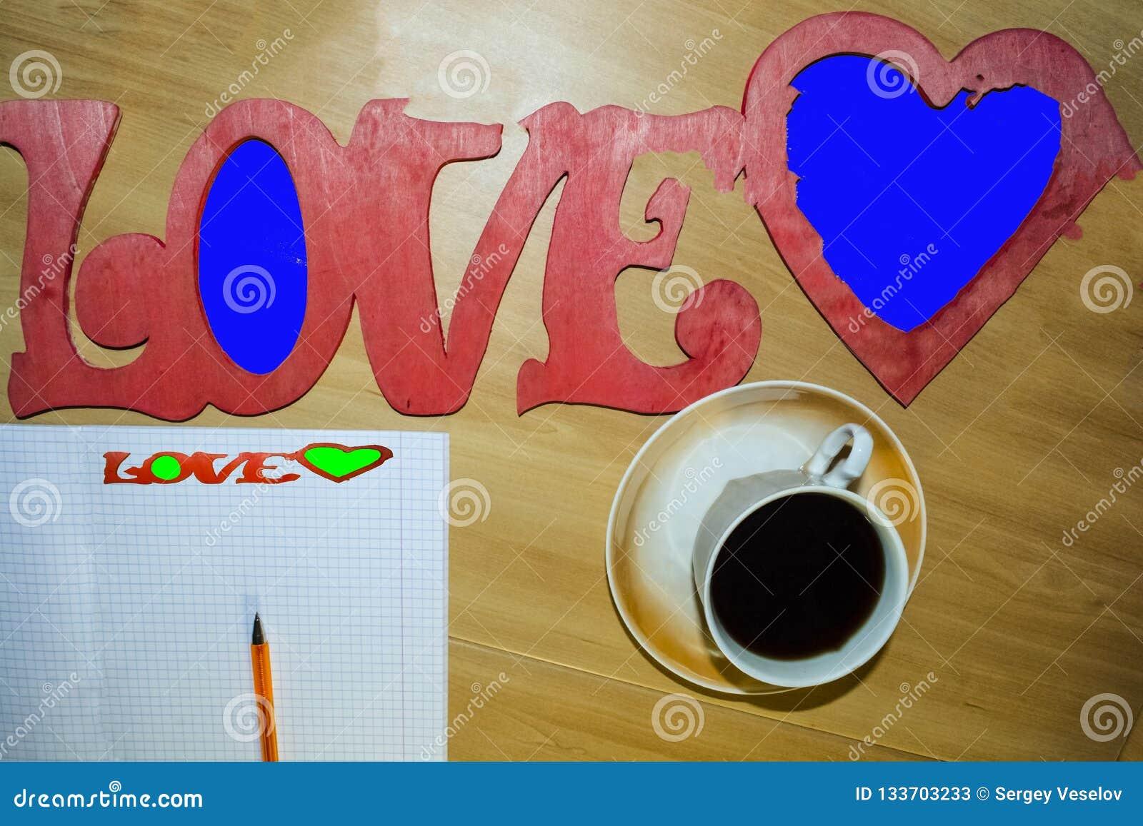 Feuille à carreaux, une tasse de café noir