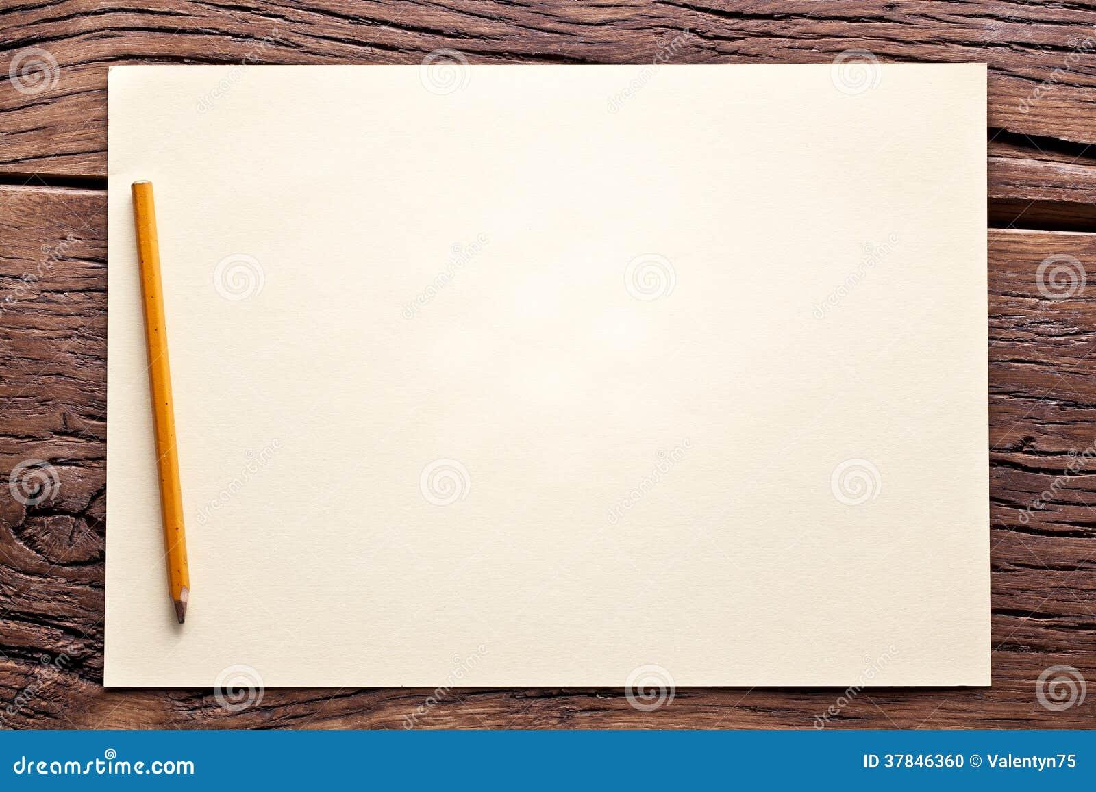 Feuille de papier et de crayon sur la vieille table en for Set de table feuille