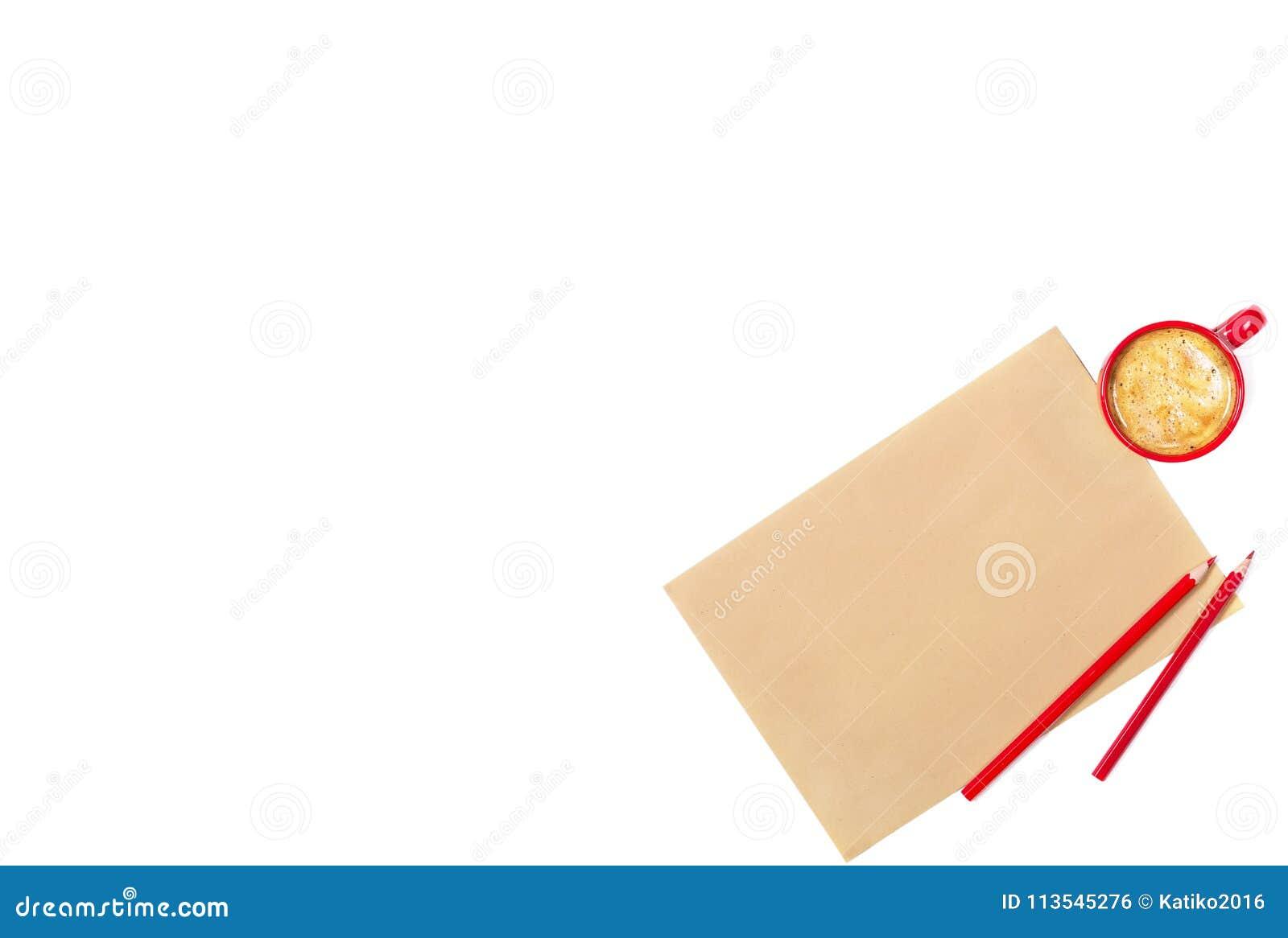 Feuille de papier de métier, de crayons rouges et de petite tasse de café sur le fond blanc D isolement L espace pour votre texte